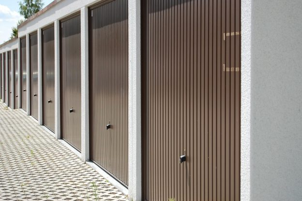 Plusieurs portes de garage basculantes